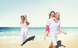 Familien-Strand-Genuss-Feiertags-Sommer-Konzept Lizenzfreie Stockbilder