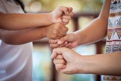 Familien- und Kinderhändchenhalten zusammen stockbild
