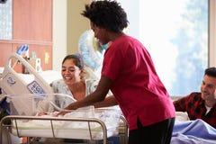 Familien-und Krankenschwester-With New Born-Baby im Beitrag Natal Department Stockfotos