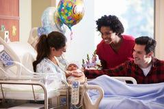 Familien-und Krankenschwester-With New Born-Baby im Beitrag Natal Department Lizenzfreie Stockfotografie