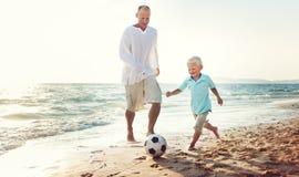 Familien-Vater-Son Playing Football-Zusammengehörigkeits-Konzept Lizenzfreie Stockbilder