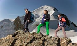 Familien-Wanderungsberg mit drei Leuten lizenzfreies stockfoto