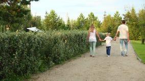 Familien-Weg in einem Park stock video footage