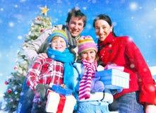 Familien-Weihnachtsfeier-Ferien-Glück-Konzept stockbild
