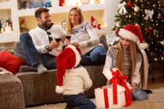 Familien-Weihnachtsidylle zu Hause stockfoto