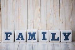 FAMILIEN-Zeichen gemacht von den Holzklötzen auf hölzernem Hintergrund Stockfotos