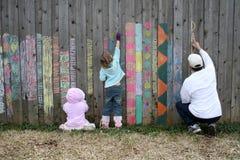 Familien-Zeichnung auf Zaun Stockbild