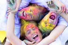 Familien-Zeit Kinder mit kreativer K?rperkunst Verr?ckte Hippie-M?dchen Sommerwetter buntes Neonfarbenmake-up positiv stockfoto