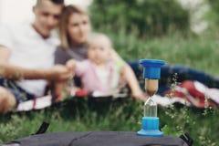 Familien-Zeit Sanduhr an Familie unscharfem Hintergrund stockfoto