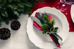 Familien-zusammen Weihnachtsfeier-Abendtischkonzept Festliches Gedeck für Feiertagsabendessen mit natürlichen Dekorationen von lizenzfreies stockfoto