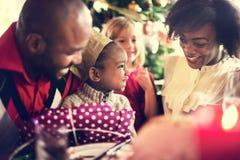 Familien-zusammen Weihnachtsfeier-Konzept stockbild