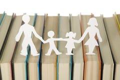 Familienabbildungen gebildet vom Papier Stockfotos
