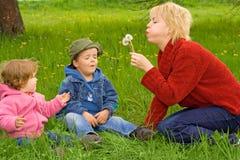 Familienaktivitäten draußen Stockbild