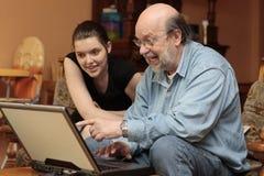 Familienalbum auf Laptop des Opa Stockfotos