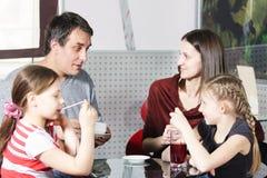 Familienausgabenzeit im Kaffee lizenzfreie stockbilder