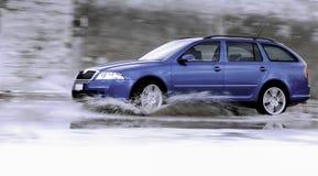 Familienauto auf nasser Straße lizenzfreie stockfotos