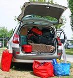 Familienauto mit Koffern und Beuteln Stockbild
