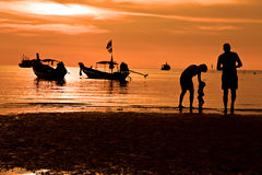 Familienberufung auf Strand lizenzfreie stockfotografie