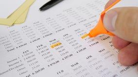 Familienbudget oder -monatliche Zahlungen stock footage