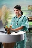 Familiendoktor in ihrem Büro Lizenzfreie Stockbilder
