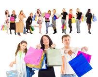 Familieneinkaufen getrennt über Weiß lizenzfreie stockfotografie