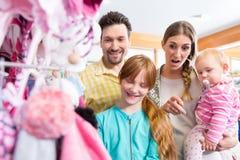 Familieneinkaufen im Kleidungsspeicher lizenzfreies stockfoto
