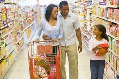 Familieneinkaufen im Supermarkt Lizenzfreie Stockbilder