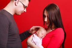 Familienfoto der Mutter, des Babys und des Vaters lizenzfreie stockfotos