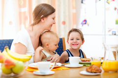 Familienfrühstück Lizenzfreie Stockfotografie
