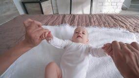 Familienfreizeit, Mutterhändchenhalten weniger Tochter zieht sie zur Kamera auf stock video footage