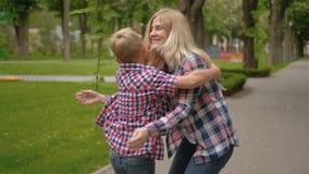 Familienfreizeitmuttersohntreffenumarmungs-Parkweg stock footage