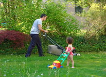 Familiengartenarbeit lizenzfreies stockfoto