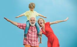 Familiengeneration und Beziehungskonzept Konzept der freundlichen Familie Großvater und kleiner Enkel mit dem Mutterspielen stockfotografie
