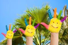 Familienhände mit Lächeln gegen Palme Stockfotografie