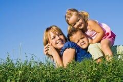 Familienhaufen draußen Lizenzfreie Stockfotos