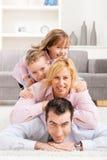 Familienhaufen zu Hause Lizenzfreies Stockfoto