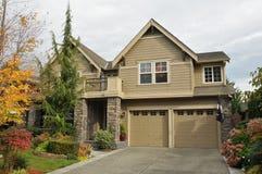 Familienhaus mit der netten Landschaftsgestaltung Lizenzfreie Stockbilder