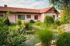 Familienhaus mit Garten lizenzfreie stockfotografie
