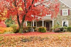 Familienhaus mit vorderem Rasen in den Fallfarben