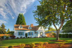 Familienheim mit Baum Lizenzfreie Stockfotos