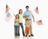 Familienholding amerikanische Flaggen. Lizenzfreies Stockfoto