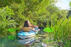 Familienkayak fahren, -mutter und -tochter, die im Kajak auf dem Flusskanuausflug hat Spaß, aktives Herbstwochenende mit Kindern  stockbilder
