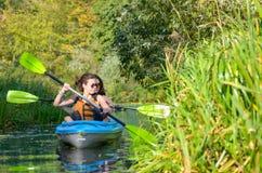 Familienkayak fahren, -mutter und -tochter, die im Kajak auf dem Flusskanuausflug hat Spaß, aktives Herbstwochenende schaufelt Lizenzfreies Stockbild