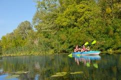 Familienkayak fahren, -mutter und -tochter, die im Kajak auf dem Flusskanuausflug hat Spaß, aktives Herbstwochenende schaufelt Stockbilder