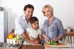 Familienkochen stockfotografie