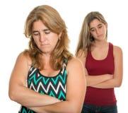 Familienkonflikt - traurige Mutter und ihre jugendlich Tochter Lizenzfreie Stockfotos