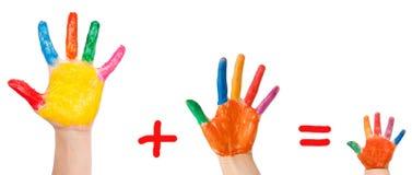 Familienkonzept. Hände der Muttergesellschaft und des Schätzchens Stockfoto