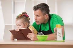 Familienkonzept, nettes kleines Mädchen mit Vater Lizenzfreies Stockbild