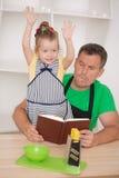 Familienkonzept, nettes kleines Mädchen mit Vater Stockfotografie