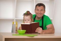 Familienkonzept, nettes kleines Mädchen mit Vater Lizenzfreie Stockbilder